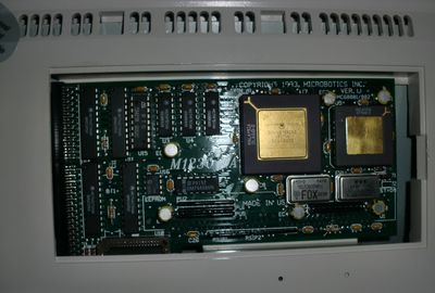 The turbo-card fits nicely in the trapdoor slot of the Amiga 1200 with the memory module in place. Had no problems closing the slot with the lid afterwards (photo by Old School Game Blog)