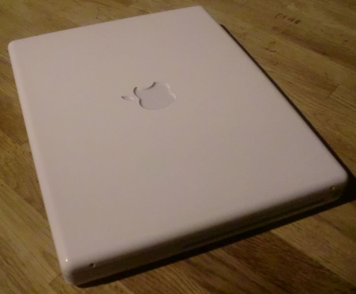 My iBook G4 (photo by Old School Game Blog)
